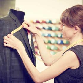 Czym się kierować wybierając profesjonalną firmę krawiecką?