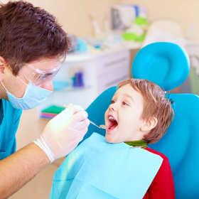 Pierwsza wizyta u dentysty – jak przygotować do niej dziecko?