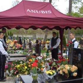 Jak wybrać doby zakład pogrzebowy? Poradnik