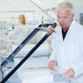 Jak przebiega proces pakowania w folię termokurczliwą?