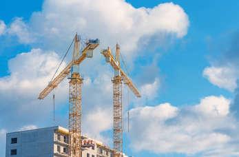 Dźwig – niezbędny na każdej budowie. Lepiej go kupić czy wynająć?