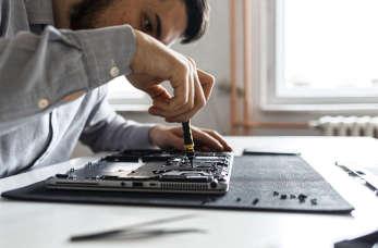 Profesjonalna naprawa sprzętu komputerowego – przyda się w każdym biurze