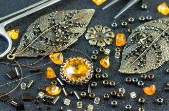 Dlaczego warto zainwestować w biżuterię bursztynową?