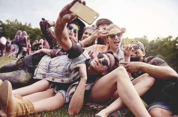 Festiwalowy niezbędnik – o czym warto pamiętać podczas letnich koncertów?