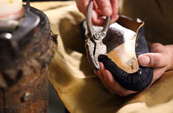 Naprawa obuwia i nie tylko, czyli czym dokładnie zajmuje się szewc?