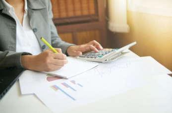 Obsługa płacowa przez biuro usług księgowych – co wchodzi w jej zakres?