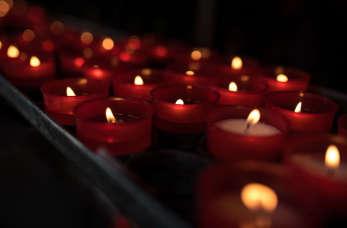 Różnice pomiędzy nekrologiem a klepsydrą pogrzebową