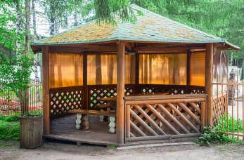 Jakie elementy architektury ogrodowej z drewna warto wykorzystać?