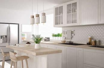 Jak urządzić białą kuchnię? Inspiracje na kuchnie w bieli