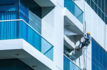 Serwis alpinistyczny – usługi sprzątające, z których korzysta coraz więcej firm