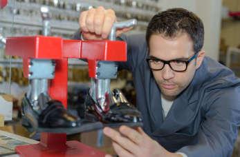 Znakowanie obuwia przy użyciu stemplowarki
