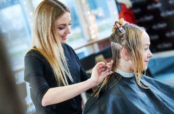 Kompleksowe usługi fryzjerskie – co wchodzi w ich zakres?