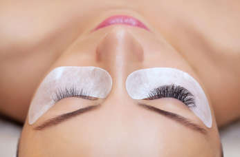 Zagęszczanie i przedłużanie rzęs w salonie kosmetologicznym