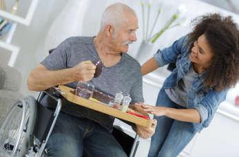 Opieka nad niepełnosprawnymi i seniorami w domu – możliwości