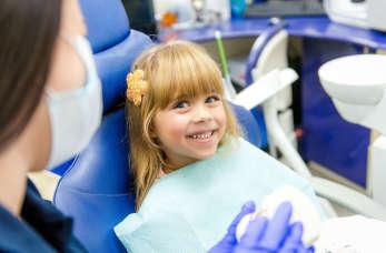 Kiedy należy udać się z dzieckiem pierwszy raz do stomatologa?