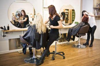 Kompleksowe usługi fryzjerskie – co oferują renomowane salony?