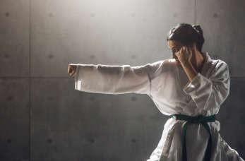 Ćwiczenie karate – jaki sprzęt sportowy warto zakupić?