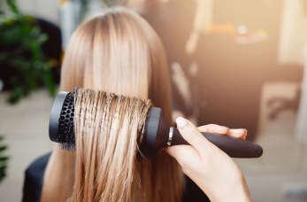 Co dają regularne wizyty u fryzjera?