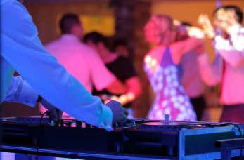 Jak wybrać dobrego DJ-a na imprezę?