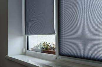 Firany, żaluzje, rolety – jak stylowo udekorować okna?