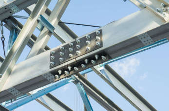 Co obejmują kompleksowe usługi w zakresie produkcji konstrukcji stalowych?