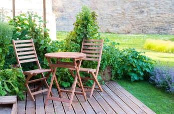Jak dbać o drewniane meble ogrodowe?