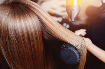 Kilka przykładów zabiegów pielęgnacyjnych stosowanych w salonach fryzjerskich