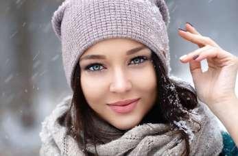 Szaliki, czapki, kominy – modne dodatki dla kobiet
