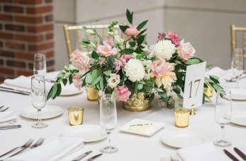 Jakimi kwiatami ozdobić salę weselną?
