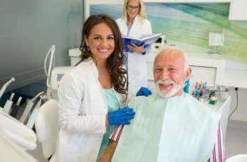 Piaskowanie zębów jako sposób walki z kamieniem