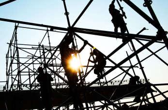 Bezpieczne rusztowanie elewacyjne na budowie