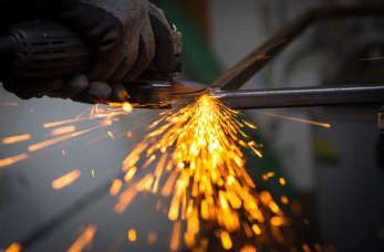 Nowoczesne maszyny do obróbki metalu, czyli systemy sterowania CNC w natarciu