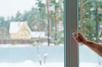 Otwarte okno. Wietrzenie domu zimą