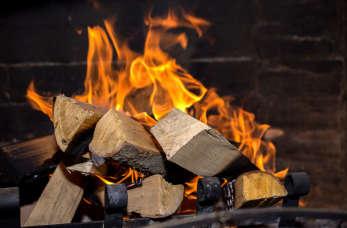 Kominek a mokre drewno