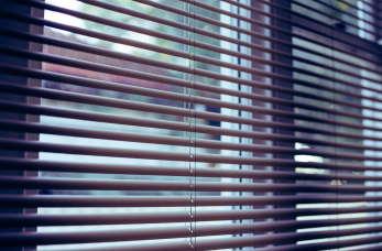 Jakie przesłony okienne wybrać do domu lub mieszkania? Żaluzje, rolety, a może plisy?
