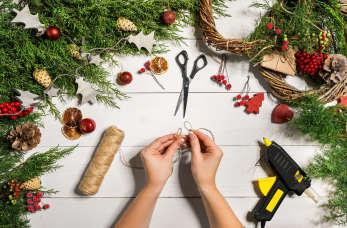 Jak zrobić choinkę z makaronu, papieru lub szyszek?