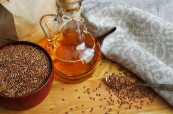 Jak stosować olej lniany? Olej lniany na włosy, twarz i na czczo